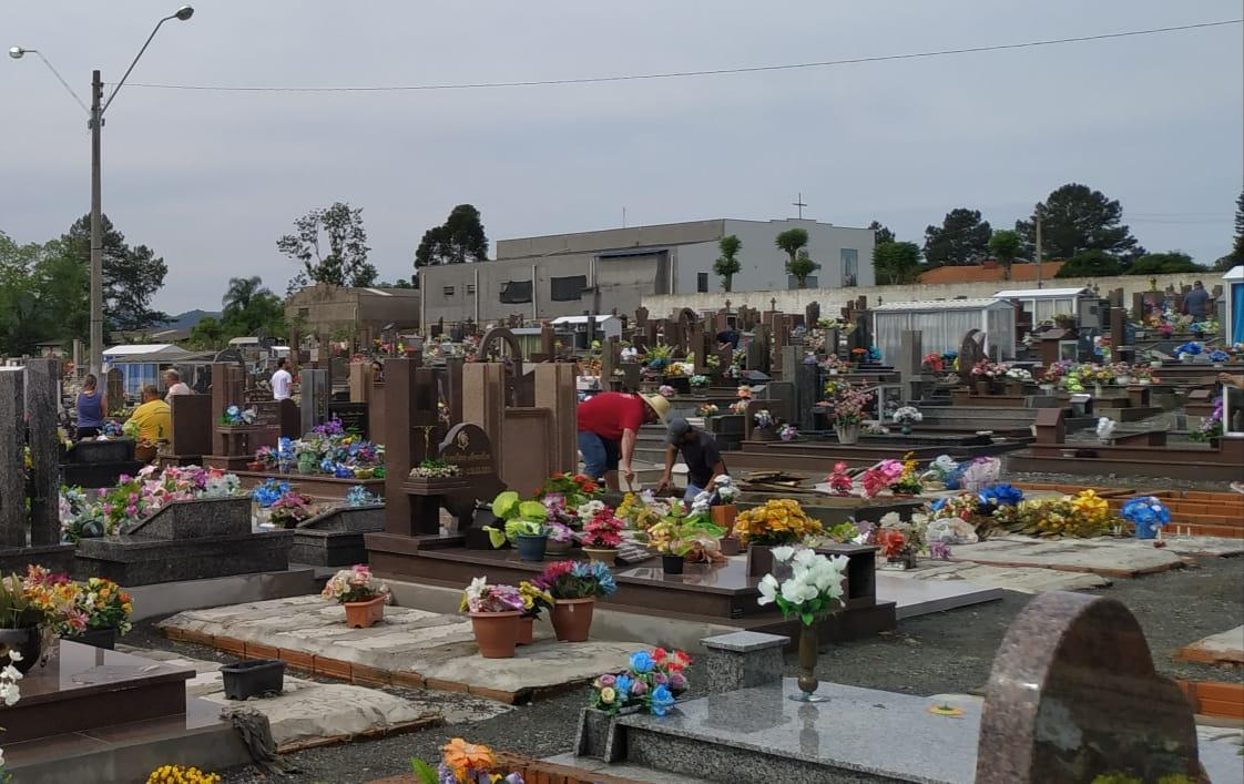 Finados: Saiba o que representa a data e como está a movimentação nos cemitérios da região