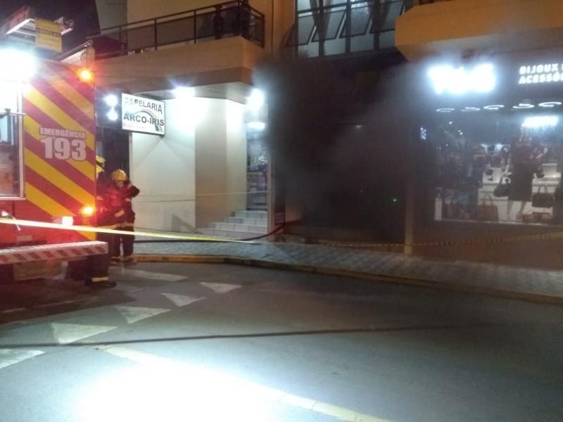 Fogo atinge escritório no Centro de Ituporanga e suspeita é de incêndio criminoso
