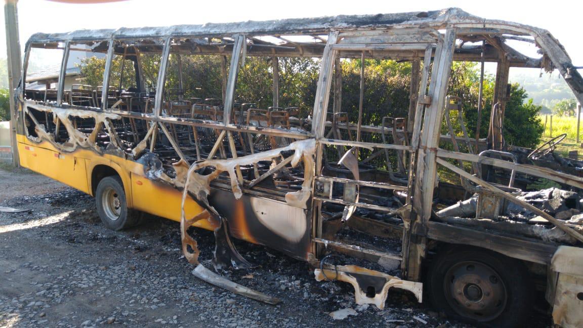 Fogo destrói ônibus escolar em Aurora