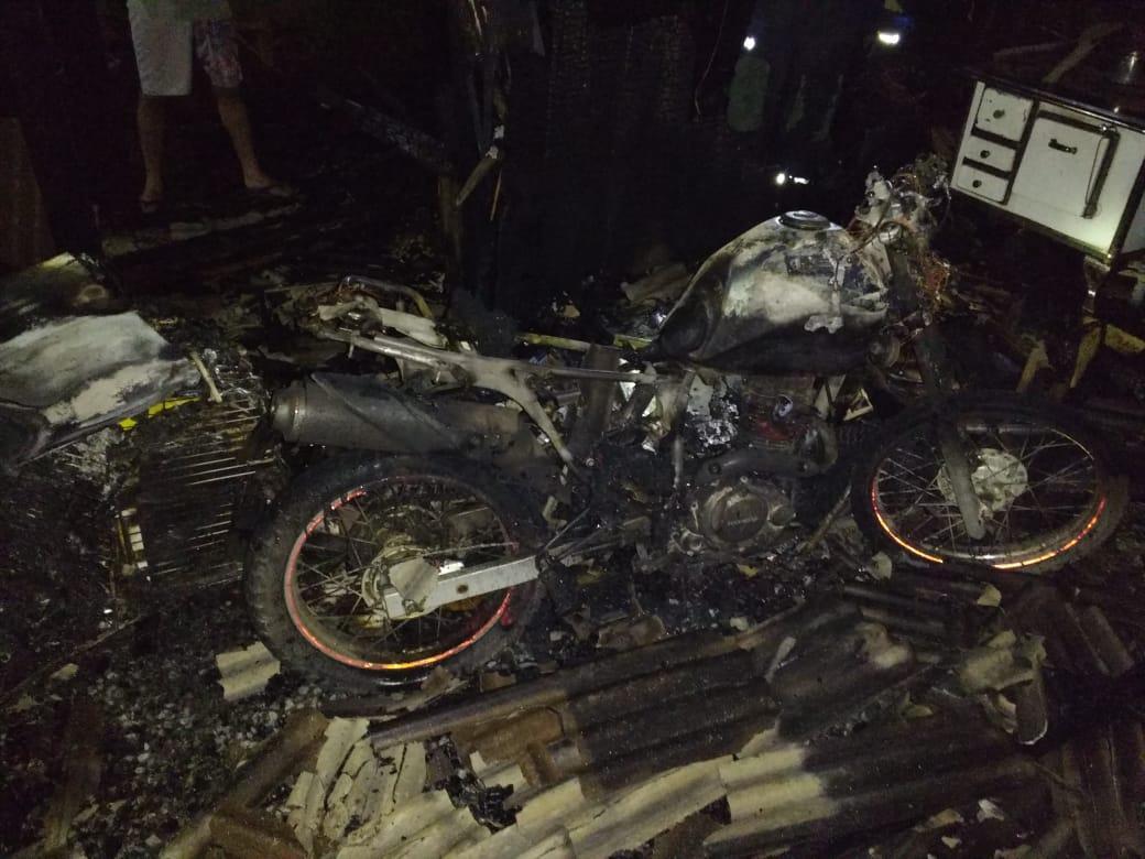 Garagem de residência fica destruída após incêndio em Ituporanga
