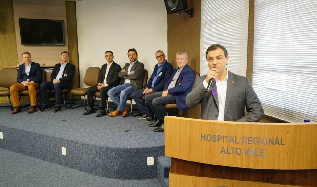 Governador visita Hospital Regional e assina liberação de recursos por meio de convênios