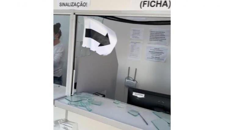 Homem destrói balcão de unidade de saúde em Rio do Sul e machuca funcionário