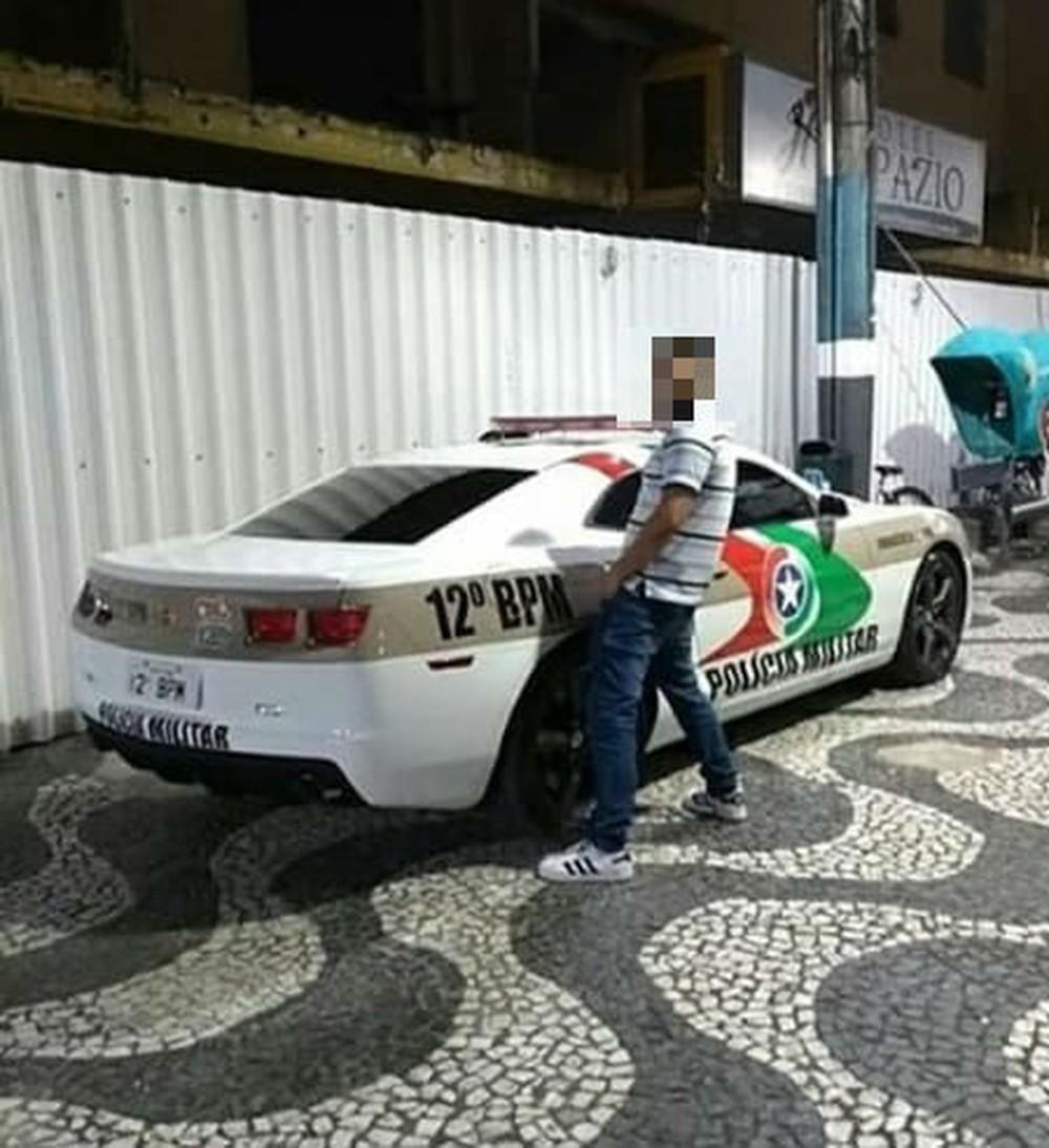Homem tira foto 'urinando' em Camaro da PM em Balneário Camboriú