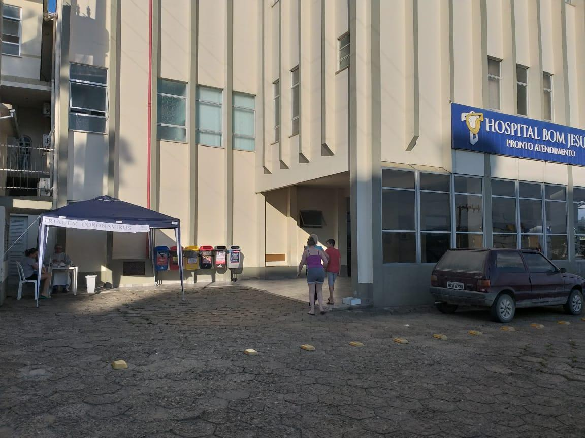 Hospital Bom Jesus monta tenda de triagem de pacientes em frente ao hospital, em Ituporanga