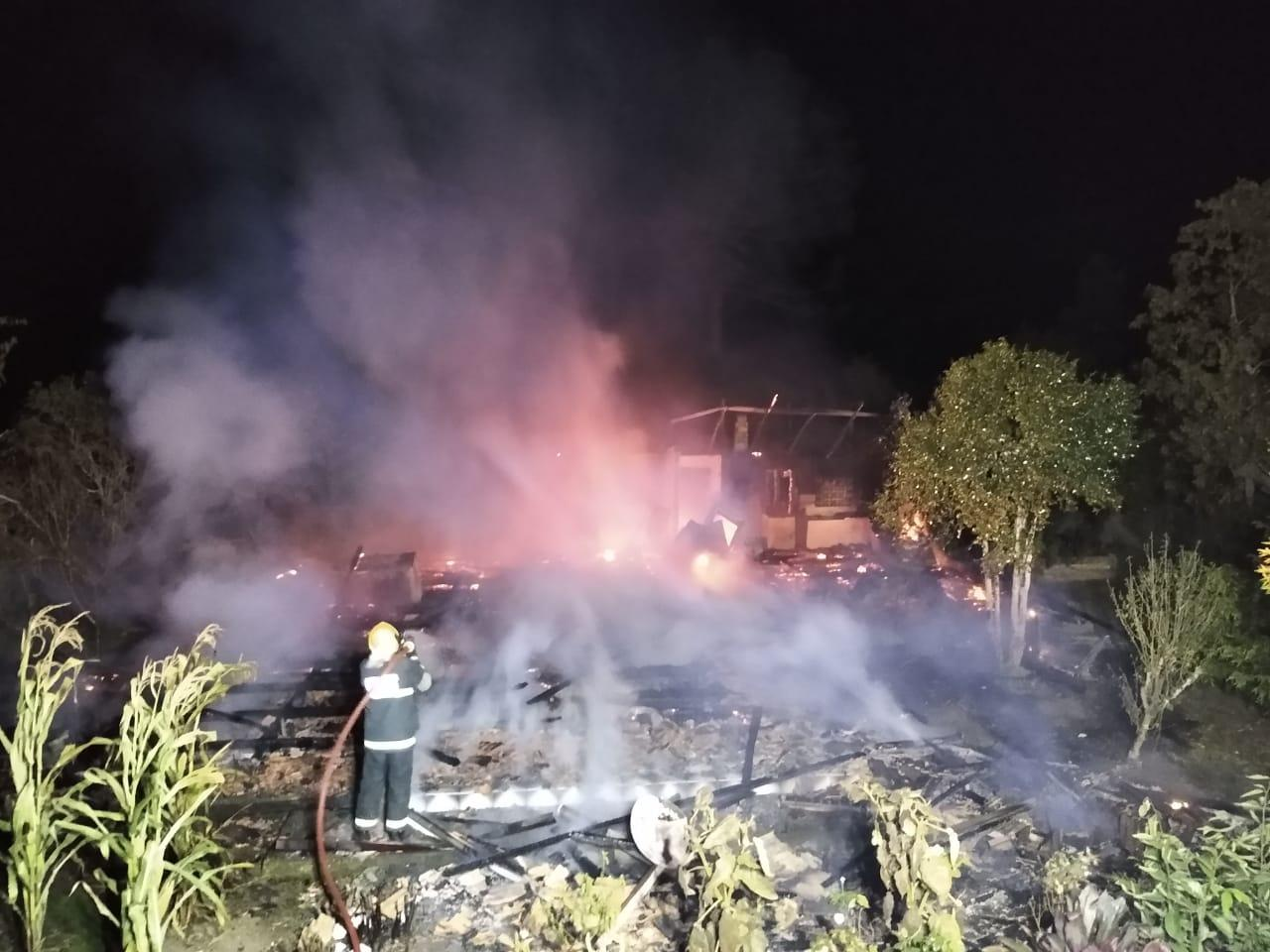 Incêndio destrói residência em Chapadão do Lageado