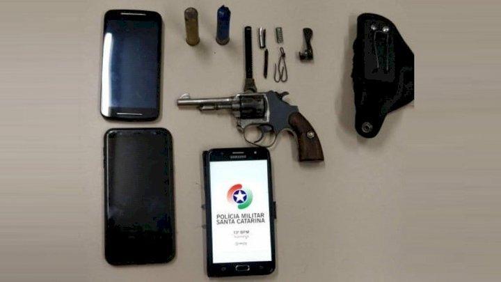 Irmãos são presos com arma de fogo no Centro de Ituporanga