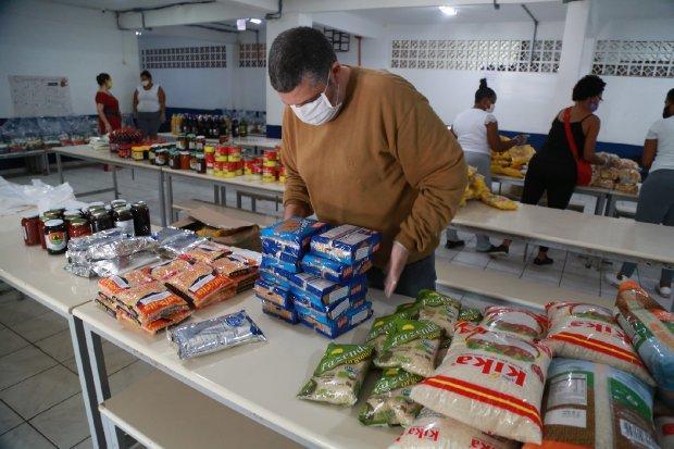 Kits de alimentos começam a ser entregues para alunos beneficiários do Bolsa Família na Região da Cebola