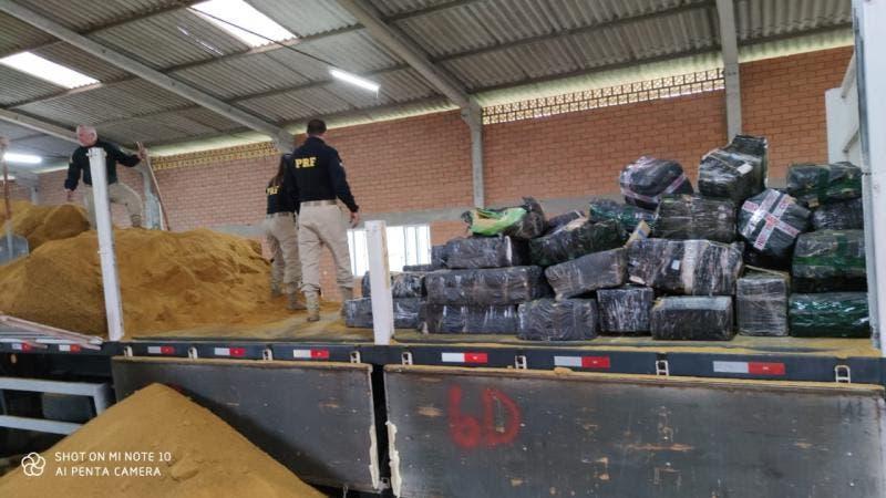 Mais de 3,5 toneladas de maconha são apreendidas pela PRF em carga de farelo de milho em SC