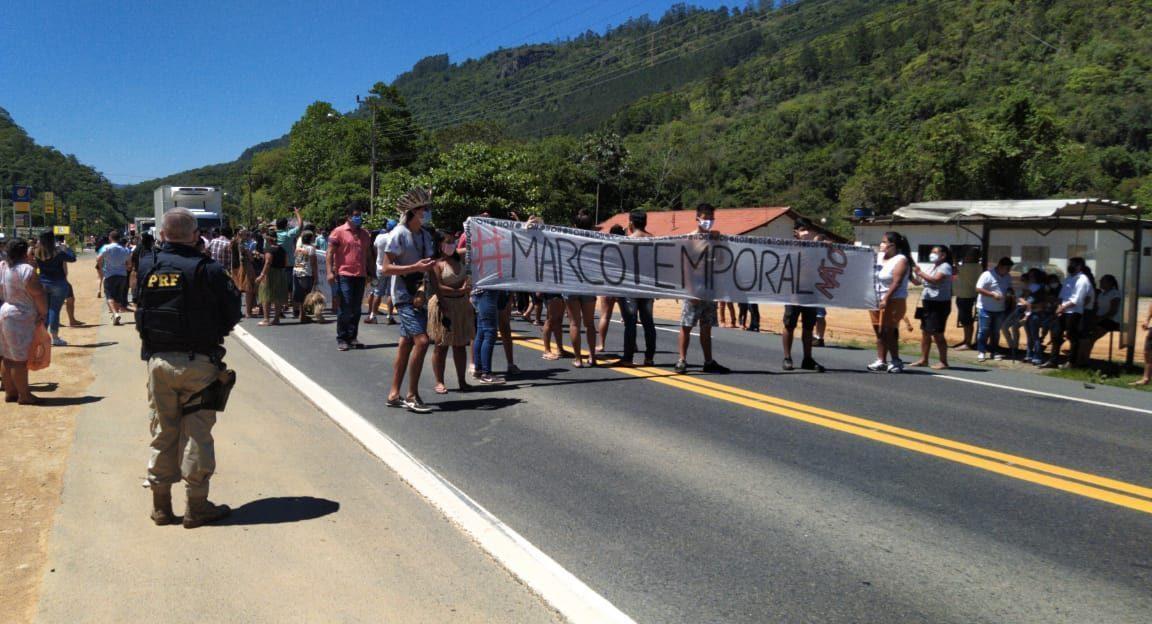 Manifestação interdita BR-470 por quase uma hora, no Alto Vale