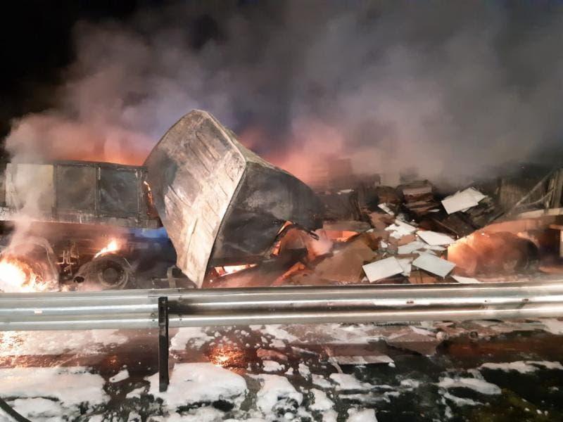 Motorista do Alto Vale morre carbonizado em acidente com quatro caminhões na BR-101, em Itajaí