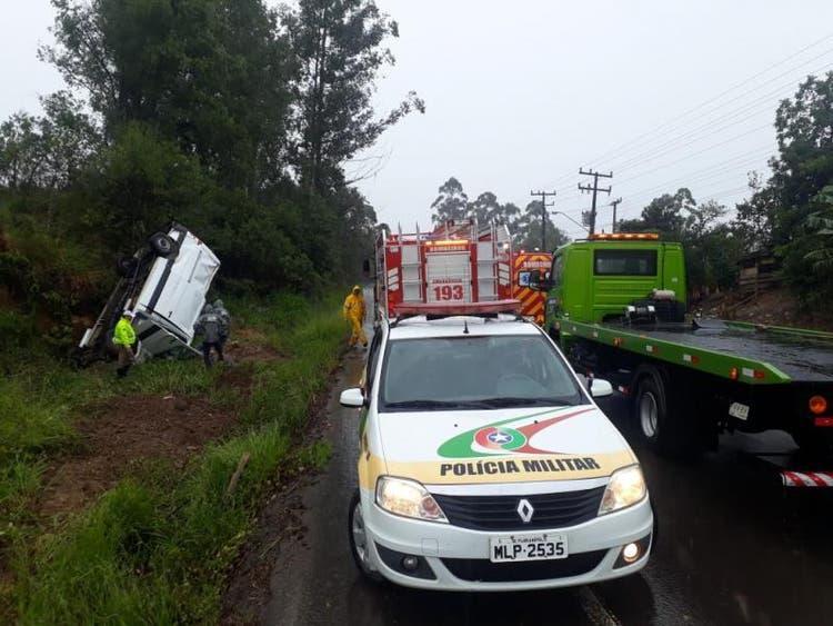 Motorista morre após furgão capotar e bater em barranco, no Alto Vale do Itajaí