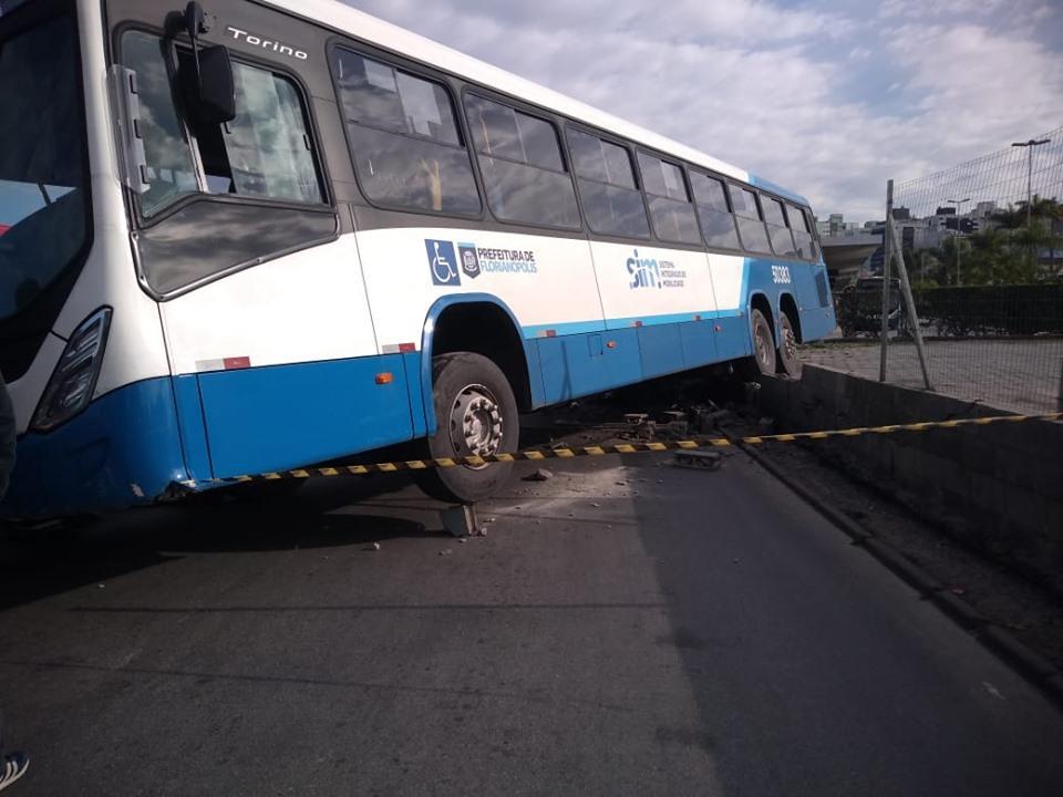 Motorista sofre infarto e morre dirigindo ônibus em Florianópolis