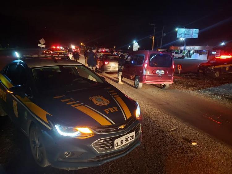Motorista tenta fugir de blitz, quase atropela policial, bate em poste e é preso em Rio do Sul, no Alto Vale