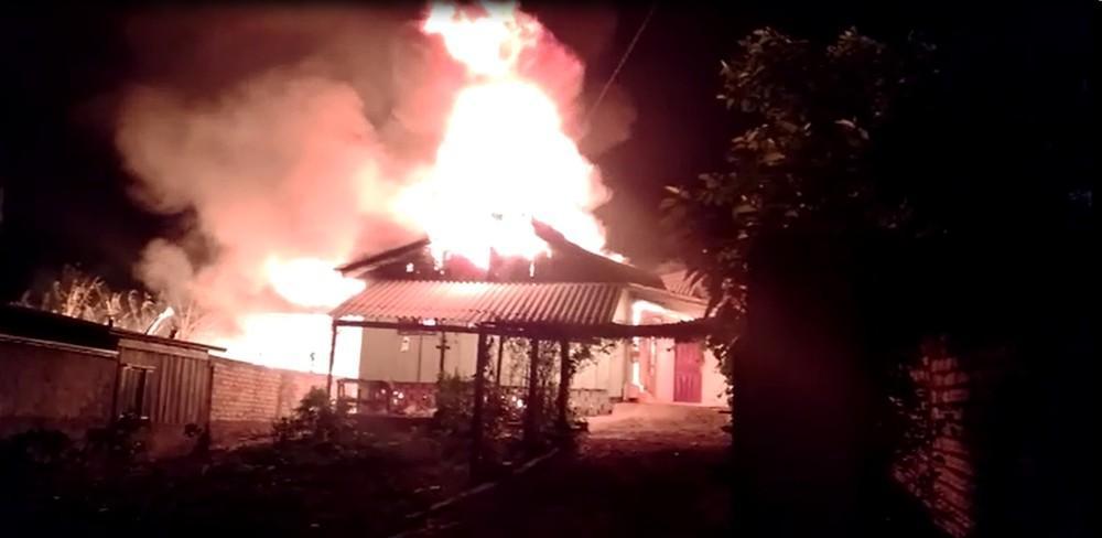 Mulher teria ateado fogo na casa com os filhos em SC após discutir com o companheiro, diz polícia