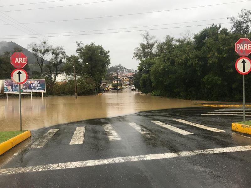Nível de rio chega a 7,45 metros e Rio do Sul enfrenta situação de enchente