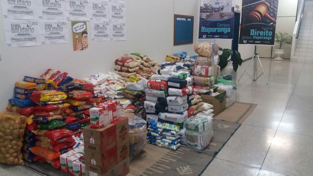 Acadêmicos de Direito da Unidavi de Ituporanga arrecadam mais de duas toneladas de alimentos em Trote Solidário
