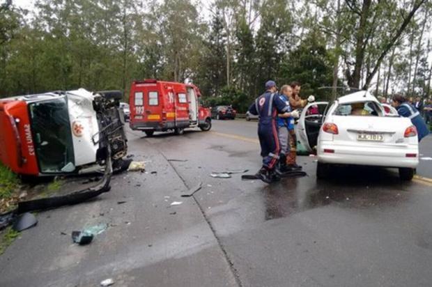 Acidente entre ambulância e carro deixa homem gravemente ferido em Ibirama