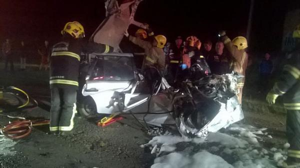 Acidente entre caminhão e carro deixa quatro mortos na BR-470, em Lontras