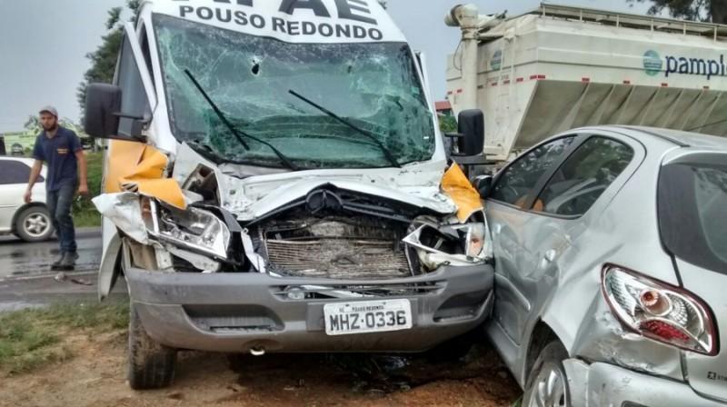 Acidente envolve dois caminhões, van e carro na BR-470 em Pouso Redondo