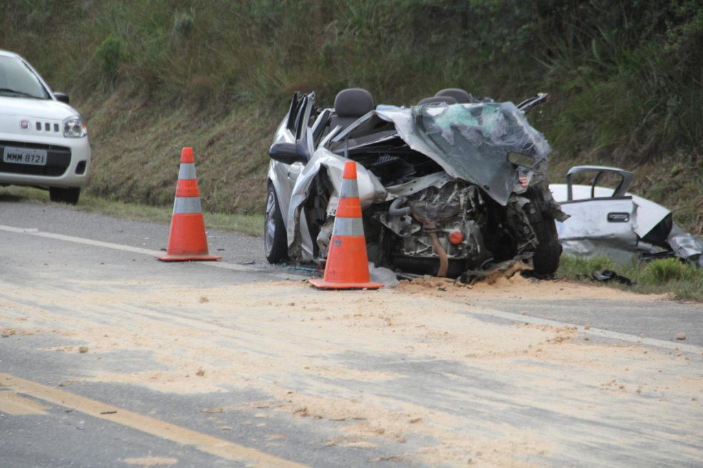 Acidente na BR-282 envolvendo três carros mata duas pessoas