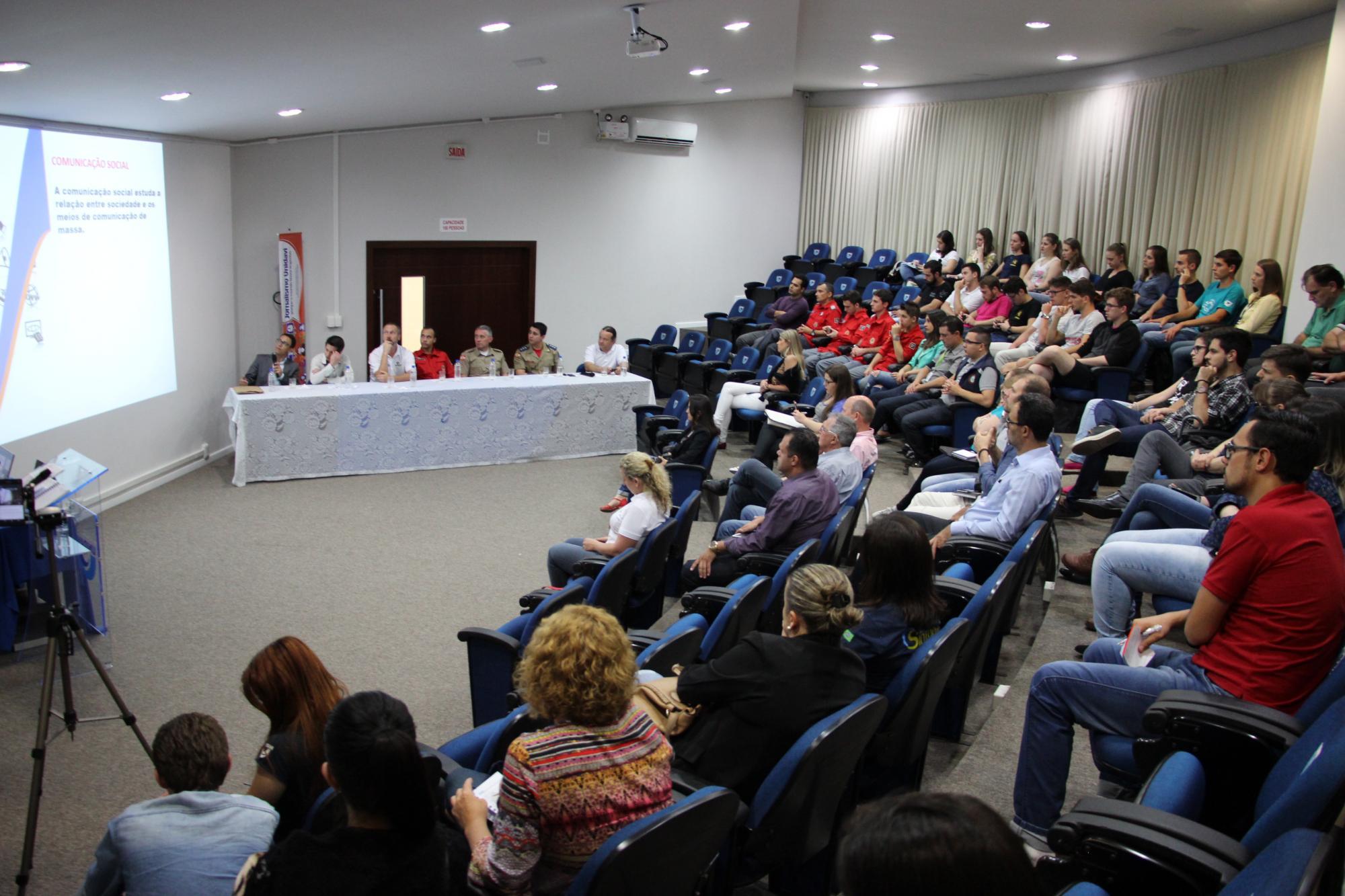 """Alunos de Jornalismo da Unidavi promovem debate com o tema """"O Poder da Informação em Desastres Naturais"""""""
