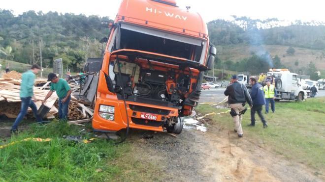 Após colidir contra carreta, motorista morre na BR-470