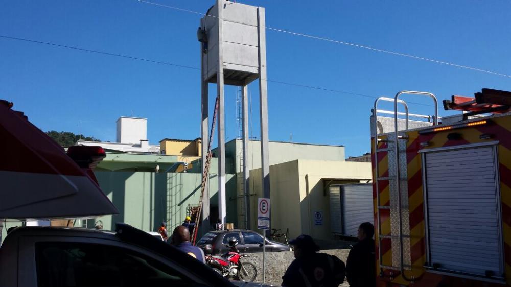 Pintor fica preso a 20 metros de altura em Ituporanga