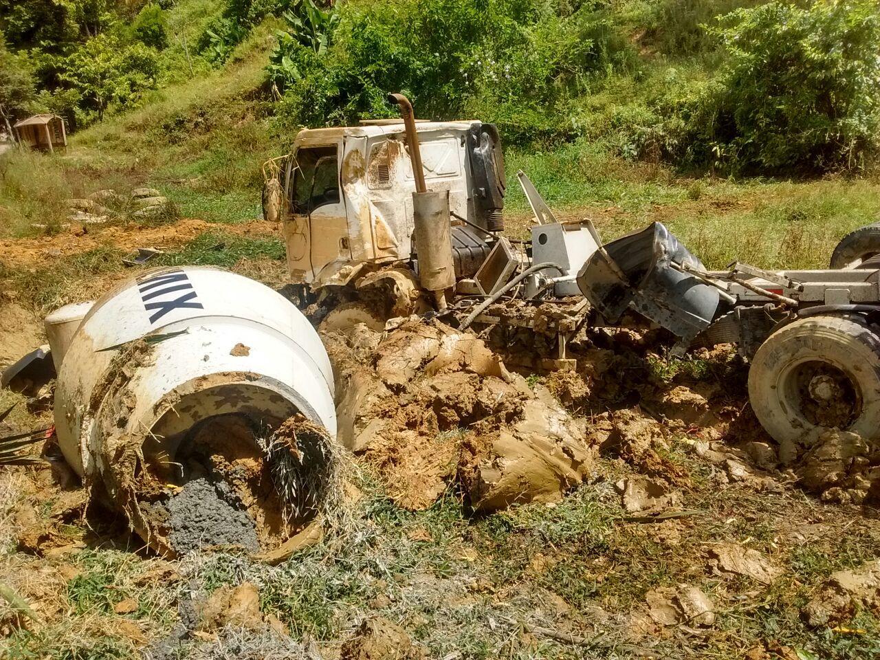 Caminhão sai de pista e capota na SC-110 em Vidal Ramos