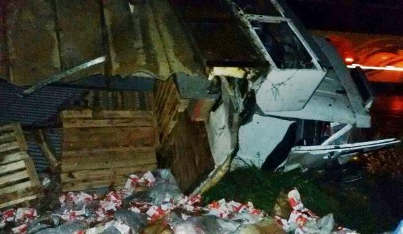 Caminhão tomba e carga de leite é saqueada na BR-470 em Pouso Redondo