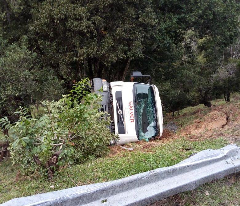 Caminhão tomba na Serra em Leoberto Leal