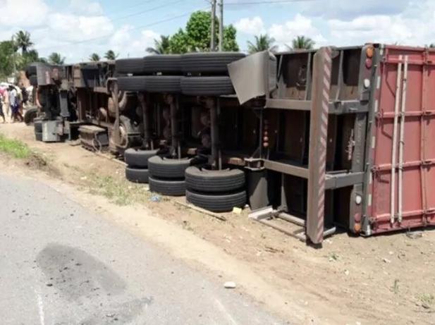 Caminhoneiro da Região da Cebola morre após caminhão tombar na BR-101 em Sergipe
