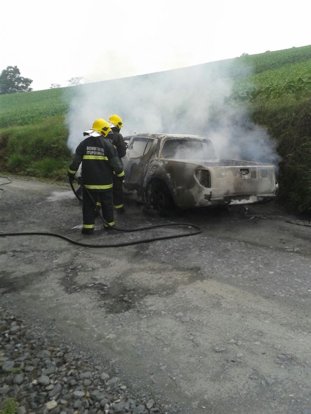 Caminhoneta é destruída pelo fogo no interior Ituporanga