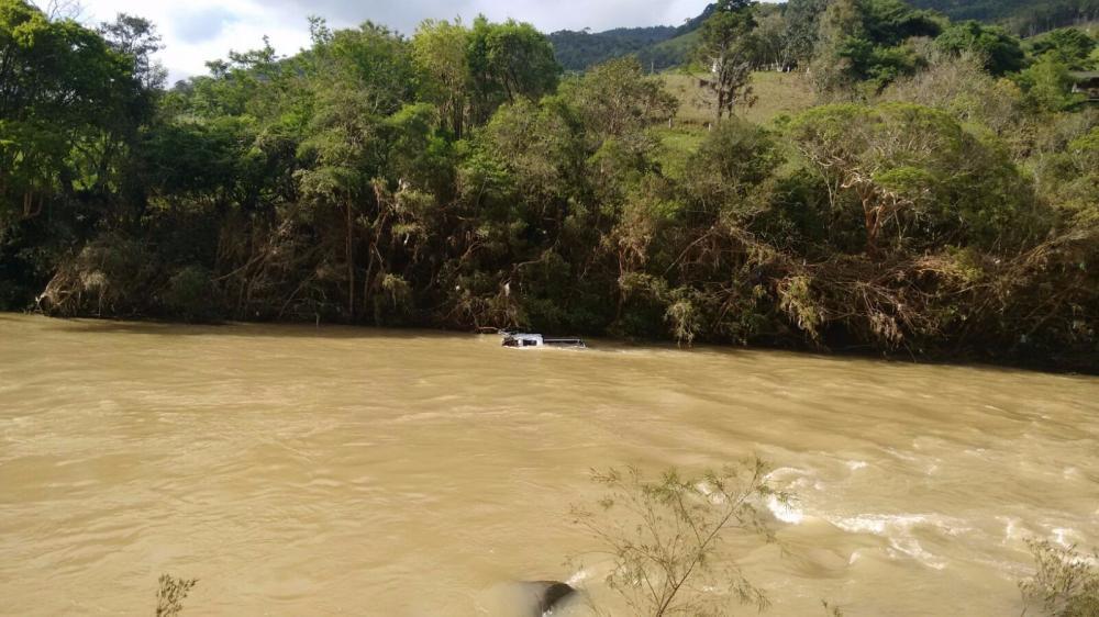 Caminhonete é encontrada dentro do rio em Alfredo Wagner