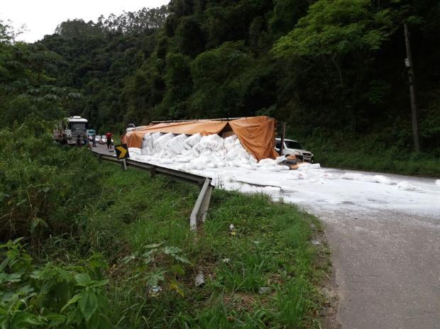 Carreta tomba e bloqueia a BR-470 em Ibirama, no Alto Vale do Itajaí
