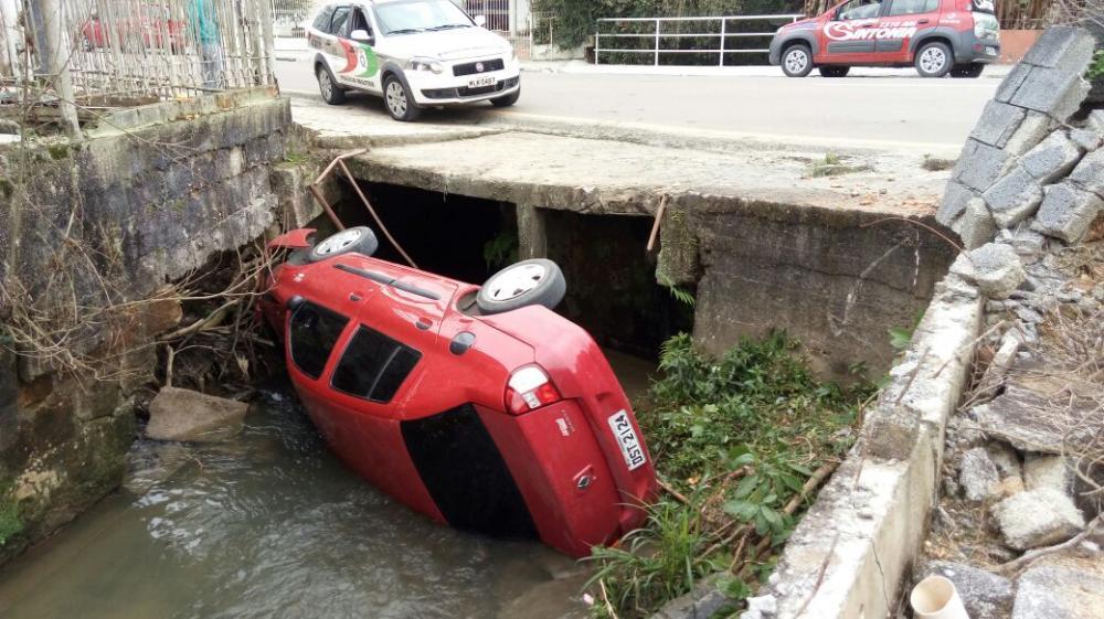 Carro cai em córrego no centro de Ituporanga