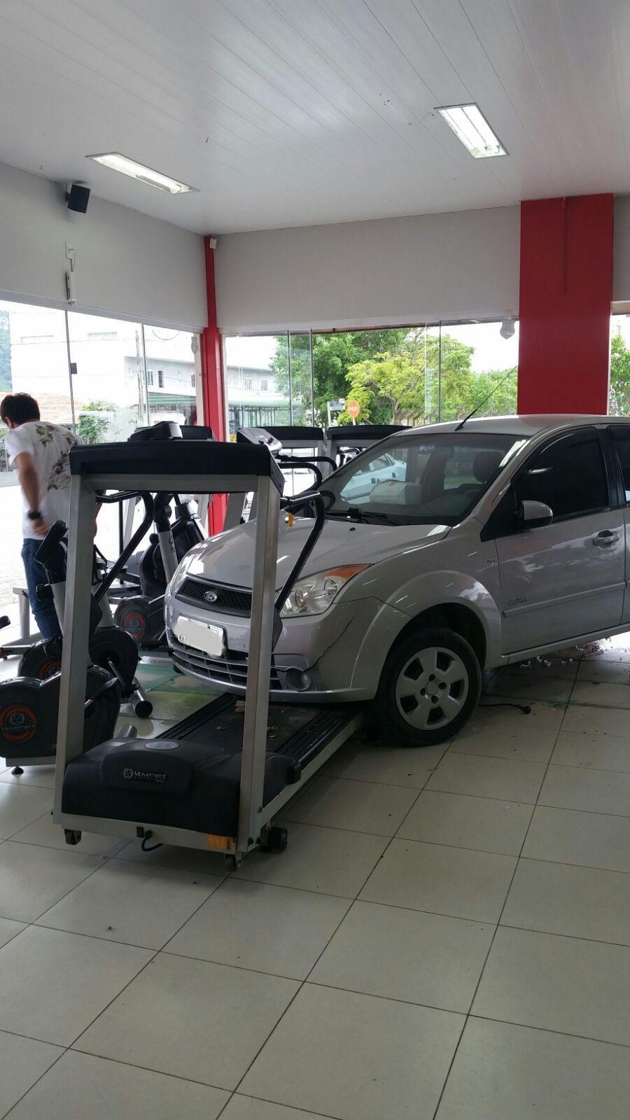 Carro invade academia em Ituporanga