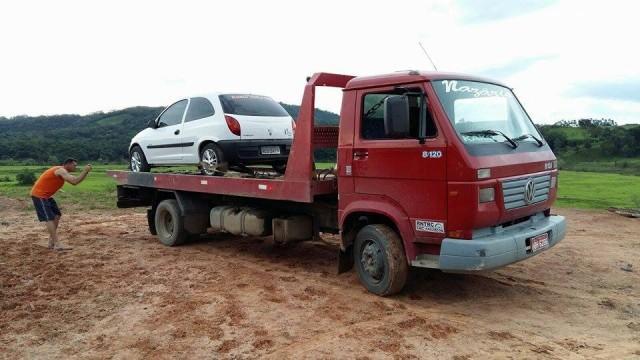 Carro invade o pátio de obras da barragem de Taió e acaba guinchado na tarde desta quarta-feira
