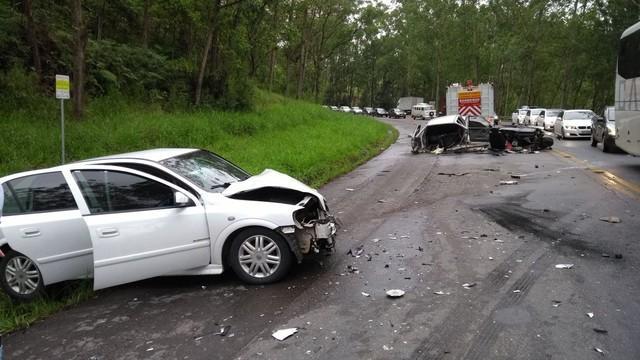 Carro parte ao meio em colisão frontal na BR-470 e sete ficam feridos no acidente