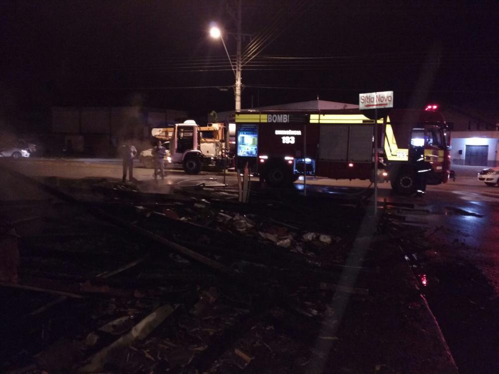 Casa é destruída pelo fogo em Imbuia