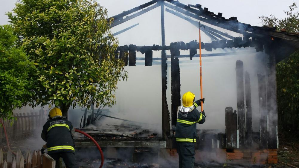 Casa é destruída pelo fogo em Petrolândia