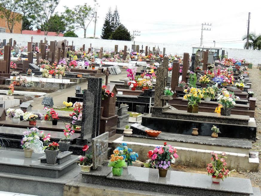 Cemitério Municipal de Ituporanga passa por limpeza e manutenção para a semana de finados