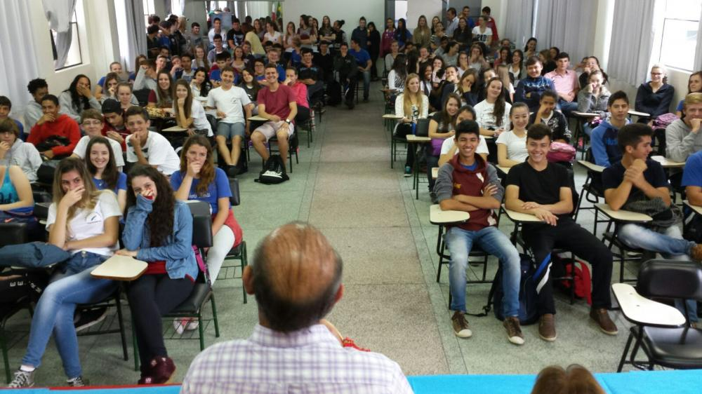 """Colégio Roberto Moritz apresenta bibliografias do Projeto """"Gente que Escreveu a História de Ituporanga"""""""