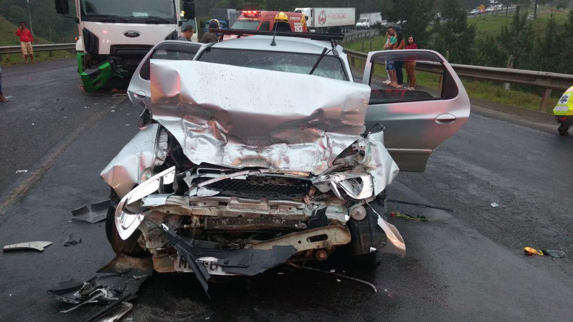 Colisão entre carro e caminhão deixa seis pessoas feridas