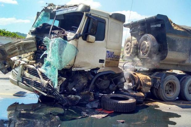 Colisão entre dois caminhões bloqueia o trânsito na BR-470