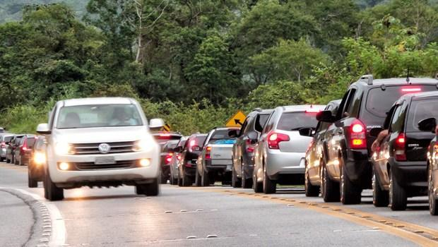 Condutores ainda encontram dificuldades para se adaptar a lei do farol acesso durante o dia