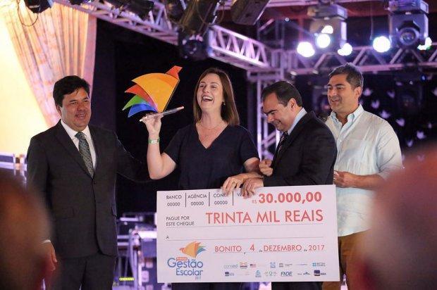 Diretora de Ituporanga vencedora do Prêmio Gestão Escolar embarca para intercâmbio internacional