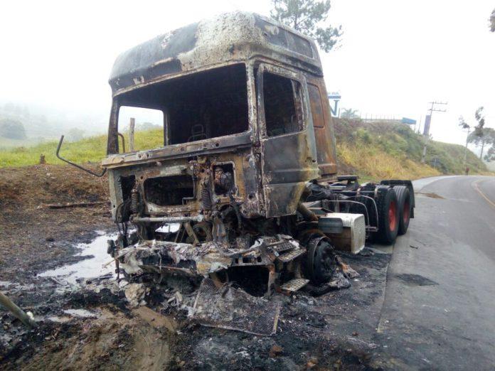 Dois veículos pegam fogo após acidente na SC-350 em Laurentino