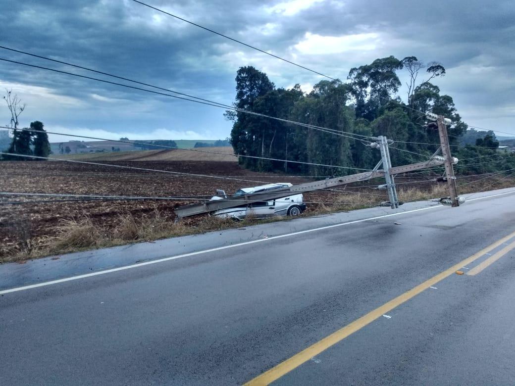 Duas pessoas ficam feridas após carro colidir em poste, em Ituporanga