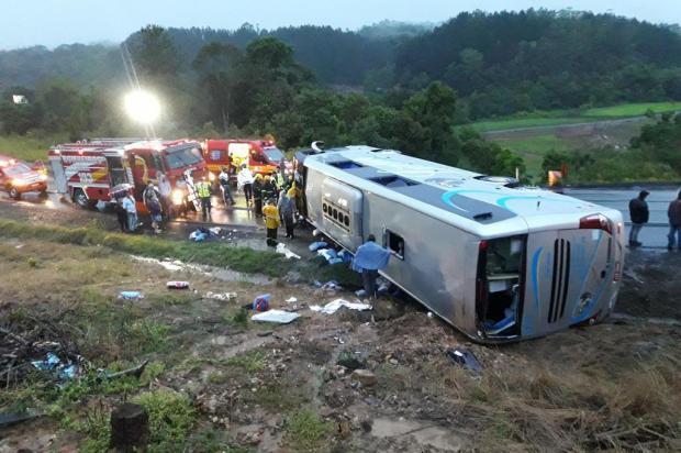 Estudante que estava em ônibus que tombou no Alto Vale segue internada