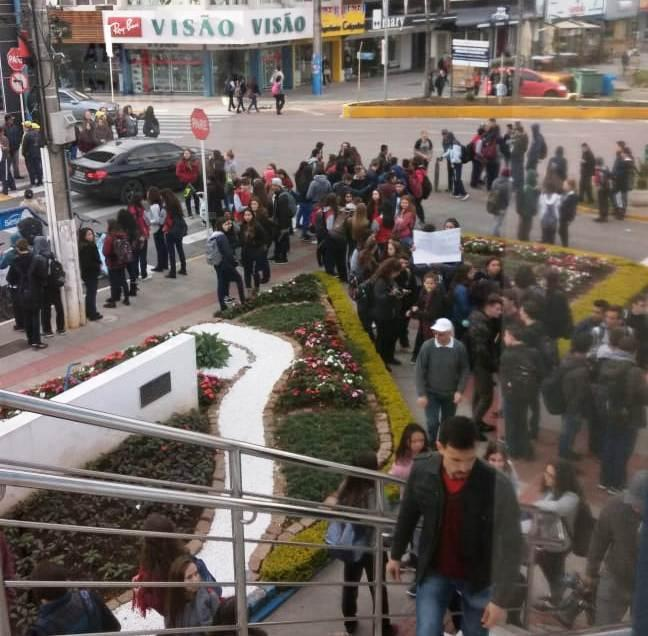 Falta de passes para transporte de alunos da rede estadual de ensino faz estudantes e professores protestarem em Rio do Sul